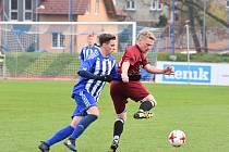 V loňské sezoně prohráli fotbalisté Mýta (na snímku hráč v červeném dresu) v Domažlicích s domácí rezervou 0:7. Nyní si z chodské metropole odvezli bod za remízu 3:3.