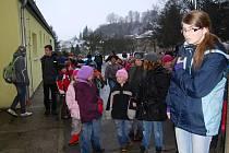 První vyučovací hodinu strávili ve středu žáci Základní školy v Dolní Bělé venku. Jejich učitelé se tak připojili k výstražné stávce, kterou protestovali proti změnám v odměňování učitelů. Budova se jim otevřela těsně před začátkem druhé hodiny