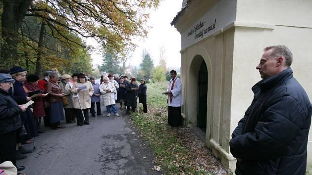 Z původní dřevěné sochy sňal otisk sochař Václav Česák (na snímku vpravo) a vytvořil tak vlastně její kopii