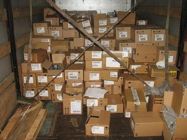 Z kamionů vykrádali elektroniku, ale i parfémy. Zboží ukládali do speciálního starého kamionu, kterému chyběla podlaha.