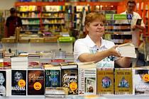 S výběrem vhodné knÍžky může nerozhodným zákazníkům pomoci například Ladislava Kotěšovcová z plzeňského knihkupectví