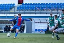 Plzeňský záložník Jan Kopic pálí na jabloneckou branku, včera ukončil svůj střelecký půst a dvěma góly přispěl k demolici svého bývalého klubu. Sám překonal metu padesáti ligových branek.