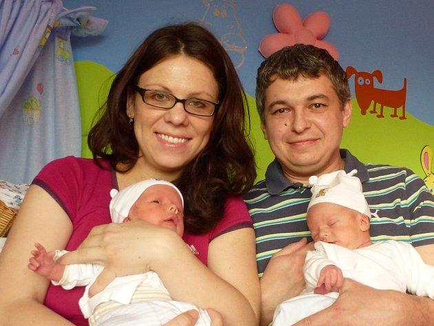 Rodičům Jarce a Jardovi Kurkovým z Plzně v plzeňské fakultní nemocnici narodili hned dva kluci. Dvojčátka Jaroušek (2,50 kg, 48 cm) a Jakoubek (2,67 kg, 49 cm) přišli na svět 17. února v 00:04 Jaroušek a o minutu později bráška Jakub