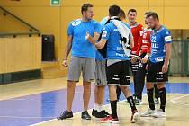 Trenér Talent týmu Plzeňského kraje Petr Štochl (vlevo) komunikuje se svými svěřenci během domácího přípravného zápasu s německým Coburgem.