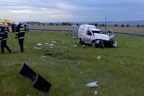 Auto při nehodě vylétlo ze silnice, řidiče odvezla záchranka.