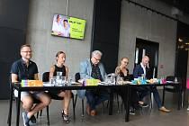 Zleva Pavel Bár, dramaturg muzikálového souboru, Zuzana Hradilová, baletní mistr, Martin Otava, ředitel DJKT, Apolena Veldová, šéfka činohry, a Tomáš Ondřej Pilař, šéf operního souboru.