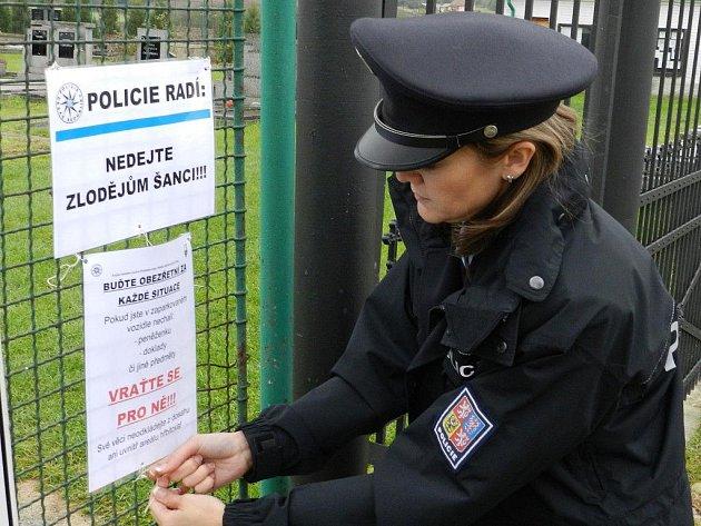 Policisté varují návštěvníky hřbitovů i pomocí vývěsek