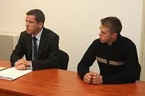 JAN SOJÁK (sedící vpravo) odcházel včera od Krajského soudu v Plzni s mírnějším trestem. Jeho obhájce uspěl s odvoláním, ve kterém žádal překvalifikovat mladíkovo jednání ze zvláště závažného zločinu na mírněji hodnocený přečin.