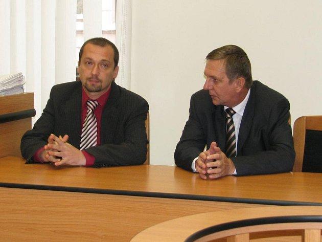 Starosta Letkova Václav Řehoř (vpravo) a jeho obhájce Marek Görges.