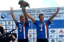 Plzeňský odchovanec Radek Šlouf (vpravo) si spolu s Tomášem Veselým (vlevo) dojeli v deblkajaku pro zlatou medaili v Minsku a stali se mistry světa.