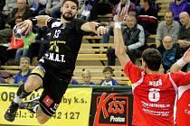 Milan Škvařil (v černém dresu).
