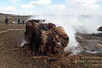 Hořící balíky slámy hasili v pátek u obce Úterý tři hasičské jednotky.