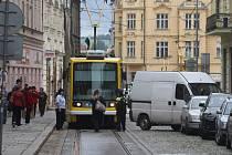 Špatně zaparkovaná dodávka v Solní ulici dala řidičům tramvají zabrat