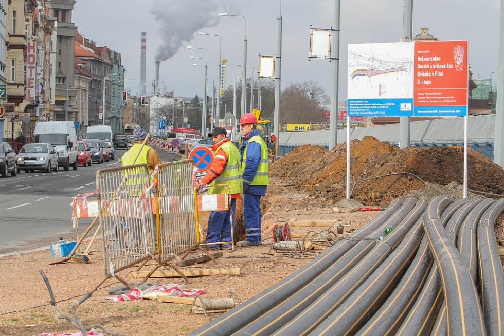 V Borské ulici se pracuje na jejím rozšíření a rekonstrukci. Zatím  je tu omezeno pouze parkování, neprůjezdná bude od půlky dubna.