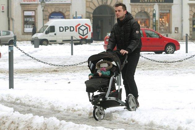 Sníh začal díky teplotám nad nulou odtávat a způsobuje tak komplikace po celém městě