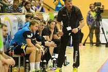 Trenér Martin Šetlík (vpravo) udílí svým svěřencům pokyny během domácího utkání proti Frýdku.