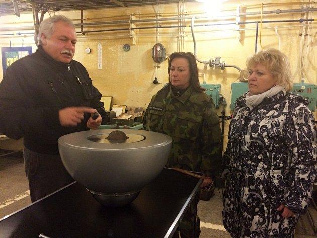 První dáma Ivana Zemanová a Petra Šlajsová, manželka hejtmana Plzeňského kraje, navštívily Atom muzeum v Míšově.