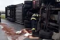 Nehoda kamionu na sjezdu z dálnice D5.