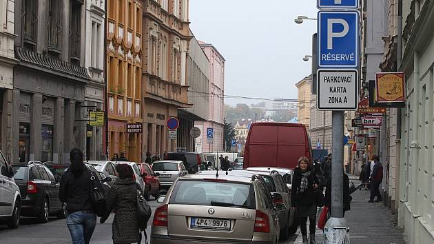 V Sedláčkově ulici teď ukazují dodatkové tabule prostor vyhrazený řidičům s parkovacími kartami, na opačné straně mají prostor řidiči, kteří si jednorázové parkování koupí v automatu.