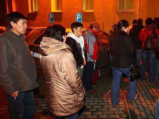 Asi stovka Mongolů oblehla v sobotu večer sídlo plzeňské pracovní agentury CNL, která jim zprostředkovává práci.