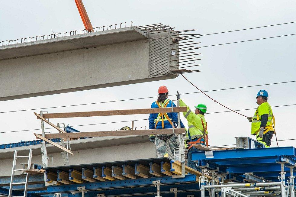 Stavbaři usazovali nosníky mostu Západního okruhu.