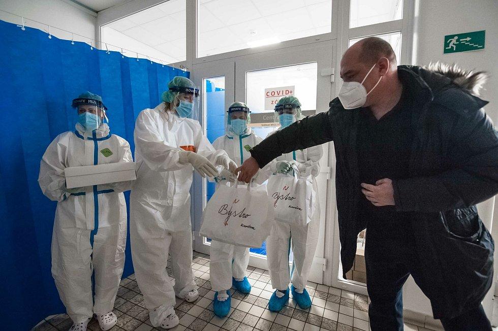 Předání jídla zdravotníkům covid oddělení v Mulačově nemocnici v Plzni.
