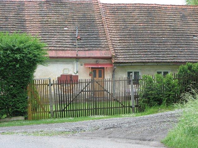 Důmv Horomyslicích, u kterého došlo o víkendu k pokusu o vraždu.