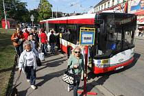 Kvůli rekonstrukci Solní ulice je tramvajový provoz v Plzni během víkendu rozdělen na dvě části. Cestující na linkách 1 a 2 tak musí přesedat na autobusy náhradní přepravy.