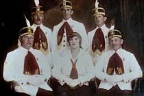 Cech řezníků, jak se nechal zvěčnit v roce 1925. Jedinou ženou na snímku je Barbora Kapounková přezdívaná Betty