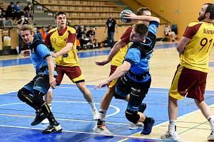 Bývalí Dukláci Jan Stehlík (vlevo v modrém) a Daniel Režnický (s míčem) proti Dukle.