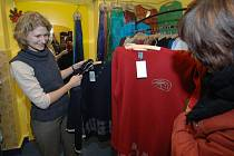 Také ve Slunečním obchodě v Sedláčkově ulici v Plzni se včera vyměňovalo. Prodavačka Eva Vojáčková vyšla zákazníkům ochotně  vstříc.