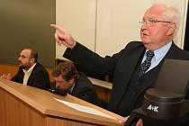 V úterý zasedal akademický senát právnické fakulty ZČU, na kterém rezignovali na své funkce proděkani Milan Kindl a Ivan Tomažič. Na snímku rektor ZČU Josef Průša