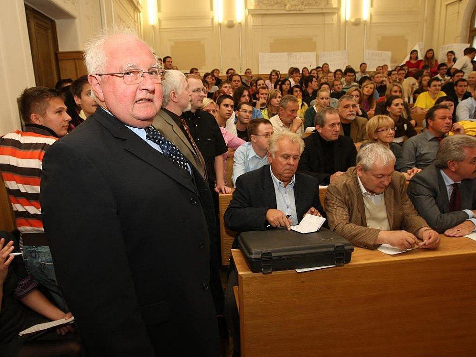 V úterý zasedal akademický senát právnické fakulty ZČU, na kterém rezignovali na své funkce proděkani Milan Kindl a Ivan Tomažič. Vlevo na snímku rektor ZČU Josef Průša