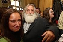 V úterý zasedal akademický senát právnické fakulty ZČU, na kterém rezignovali na své funkce proděkani Milan Kindl a Ivan Tomažič. Na snímku Milan Kindl mezi studenty