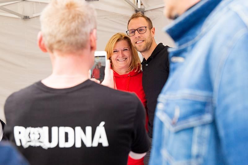 Velký zájem byl o fotky s Danielem Kolářem, který získal s Viktorií pět titulů a momentálně je v klubu sportovním manažerem mládeže.