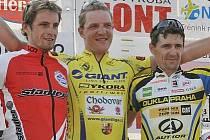 Vítězný Jiří Nesveda (uprostřed) v obětí  soupeřů, druhého Martina Boubala (vlevo) a Milana Kadlece