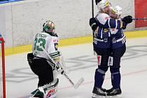 Zatímco mladoboleslavský brankář David Rittich zpytuje svědomí, plzeňský útočník Jakub Lev (druhý zprava) slaví svůj první gól v nedělním utkání, které Škoda vyhrála 6:1