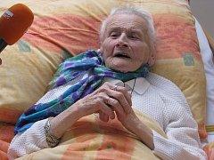 Sté narozeniny oslavila v neděli nejstarší obyvatelka Domova pro osoby se zdravotním postižením v Horní Bříze Jarmila Tošovská.