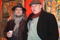 Literát, hudebník a v tomto případě především výtvarník Pavel Zajíček (vpravo) s kurátorem výstavy, básníkem Ivem Huclem. Oba jsou dobří přátelé