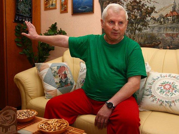 Bývalý učitel Jan Hájek  (na snímku) i další lidé  v domě kvůli svému sousedovi zažili nejednu bezesnou noc