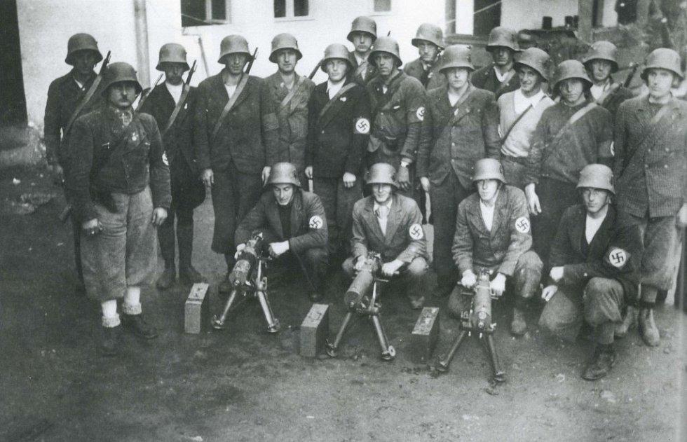 Září 1938. Rachocení zbraněmi na obou stranách hranice.  Příslušníci VI. praporu Freikorpsu Zwiesel