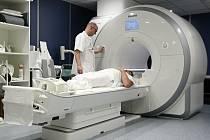 Jediné pracoviště magnetické rezonance ve FN Plzeň-Bory vyšetří letos 8-10 pacientů denně, příští rok by se rádo dostalo na počet 10-12 pacientů za den. Další dva takové přístroje jsou k dispozici v lochotínské části nemocnice.