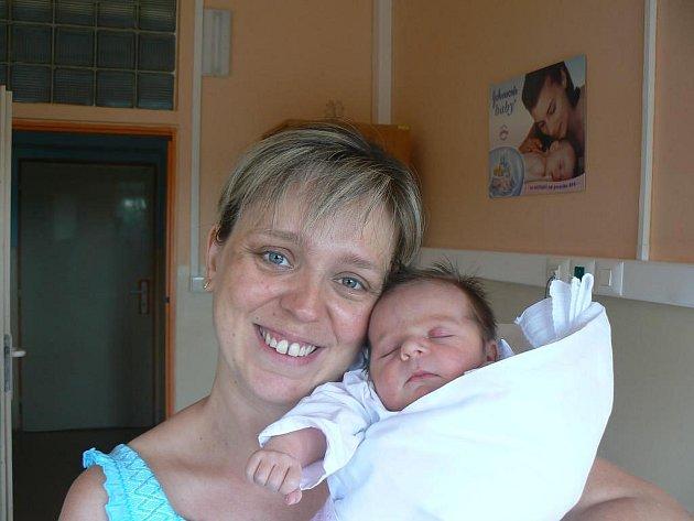 Desetiletá Petra se už moc těší, až bude mít doma svoji novorozenou sestřičku Lucinku (3,40 kg, 50 cm), která se narodila Ivaně a Miroslavu Šatrovým z Tachova 27. 7. ve 13.15 hod. ve Stodské nemocnici