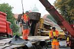 Provoz na silnici ve Chválenicích v pátek ráno a dopoledne zpomalila nehoda tahače převážejícího bagr