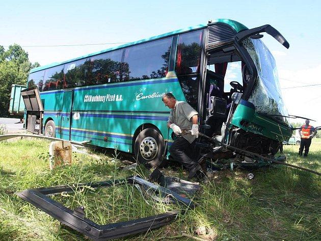 Linkový autobus po nehodě u Dobřan skončil na louce. Při nehodě nebyl nikdo těžce zraněn