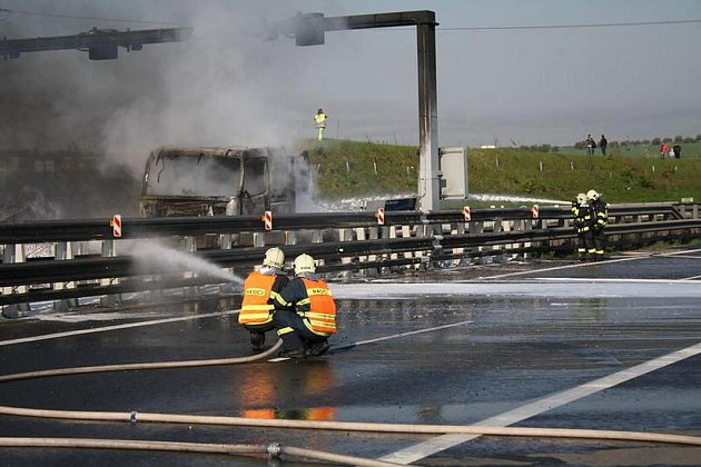 Nehoda kamionu na dálnici D5 na mostě u tunelu Valík. Při nehodě vybuchly některé tlakové lahve, které kamion vezl
