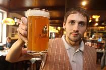 Sládek Petr Krýsl ukazuje půllitr dvanáctistupňového kalifornského alu, který bude k dostání v Pivovarském dvoře Purkmistr v Plzni