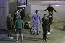 Záběry z bezpečnostní kamery, která napadení zachytila.