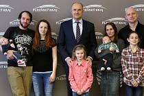 Setkání s rodiči prvních miminek narozených v roce 2019 v Plzeňském kraji se uskutečnilo ve čtvrtek na krajském úřadě. Vlevo Laura Tlstáková, vpravo Matyáš Vondráček.