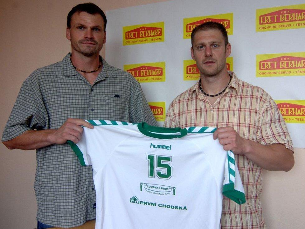 Sportovní manažer Lokomotivy Plzeň Martin Šetlík (vlevo) představil v červnu 2007 na tiskové konferenci další posilu do nadcházející extraligové sezony.  Roční kontrakt  s ambiciózním týmem podepsal Adolf Blecha.